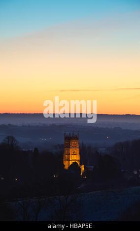 Saint James Church allumé jusqu'à l'aube. Chipping Campden, Gloucestershire, Cotswolds, en Angleterre