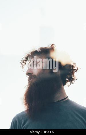 Low angle lens flare portrait de hipster barbu Banque D'Images