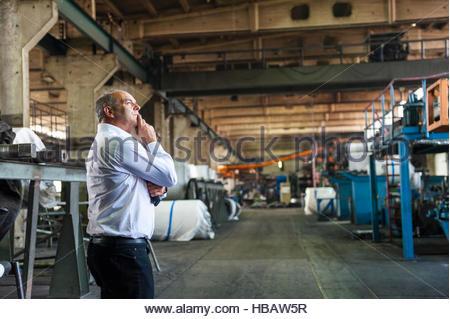 L'homme dans la fabrication de pneumatiques point, main sur le menton, à la réflexion, à Ballenstedt, Allemagne Banque D'Images