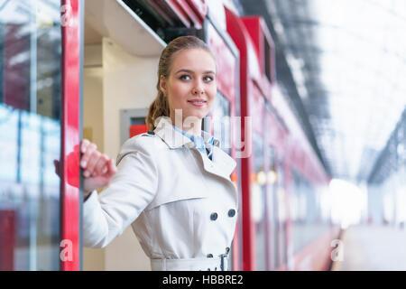 Femme dans un train Banque D'Images