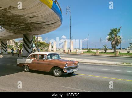 Cuba voiture américaine classique, brun et blanc, dans la lumière du soleil au volant sous le pont à La Havane Banque D'Images