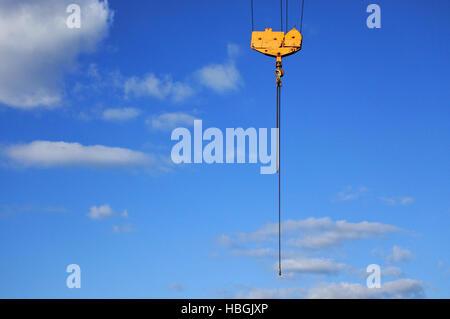 Le crochet de la grue jaune sur un ciel bleu. Concept de construction. copy space Banque D'Images