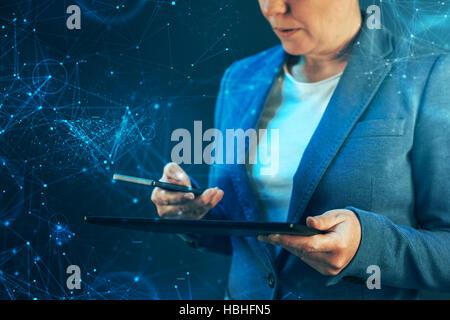 La synchronisation des données du smartphone et tablette, femme d'affaires de la synchronisation de fichiers et Banque D'Images