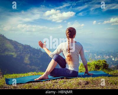 Femme pratique le yoga asana en plein air Banque D'Images