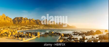 Coucher du soleil panorama de Camps Bay, Cape Town en Afrique du Sud Banque D'Images
