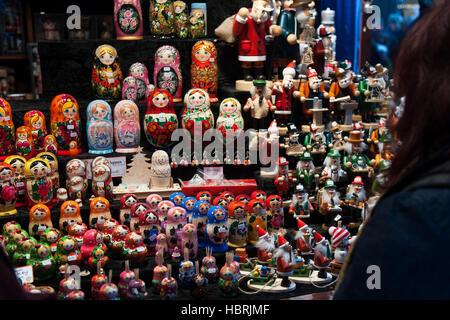 Un nouveau client de Noël fait main regarde les jouets traditionnels au marché allemand sait aussi que le marché Banque D'Images
