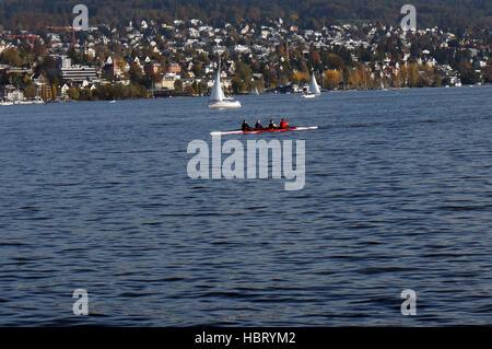 Un Four-Man godille sur le lac de Zurich Banque D'Images