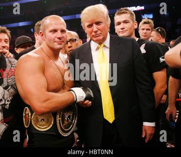 Fedor Emelianenko pose avec Donald Trump dans l'anneau après battant Tim Sylvia au Affliction's 'interdit', un combat Banque D'Images