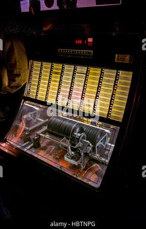 Juke box, classic, éclairé par un éclairage interne, les dossiers de lecture, 45 tours vinyle Banque D'Images
