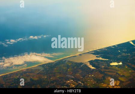 Photo aérienne du paysage littoral autour de la baie Banque D'Images