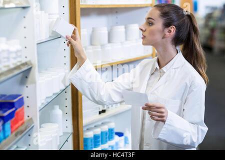 Pharmacien holding prescription pendant le contrôle de médicament