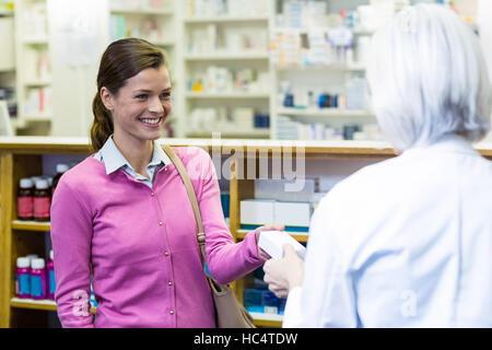 Pharmacien d'administrer un médicament fort au client Banque D'Images