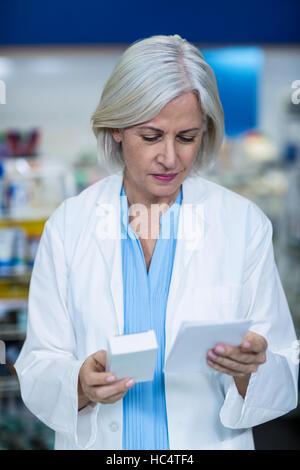 Pharmacien holding medicine lors de la vérification - aucune prescription requise