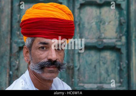 Portrait de Rajasthani homme vêtu de vêtements traditionnels, Jodhpur, Rajasthan, India Banque D'Images