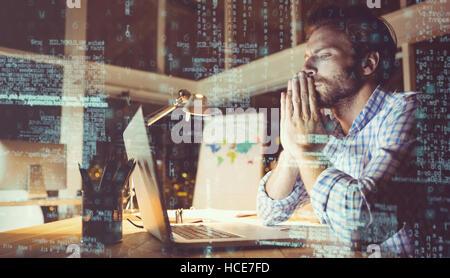 Businessman surchargés de travail de nuit Banque D'Images