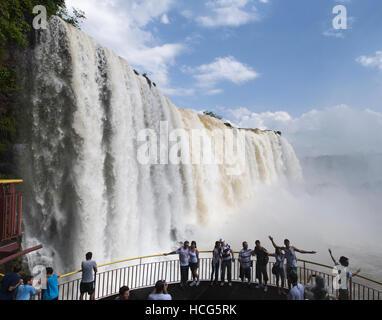 Iguazu: Touristes devant les spectaculaires chutes d'Iguaçu, l'une des plus importantes attractions touristiques Banque D'Images