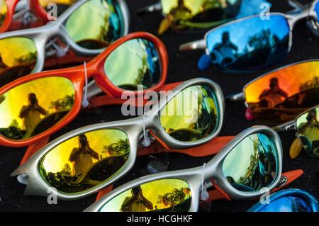 8be4d94fb1644f Plusieurs lunettes colorées à la vente à un décrochage à Grand Bend, une  plage publique