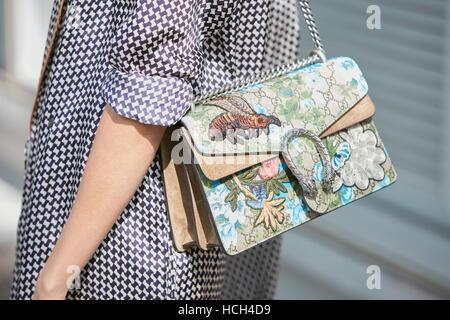 Femme avec sac Gucci avec décoration florale avant de Giorgio Armani fashion  show, Milan Fashion b4bc63d254a