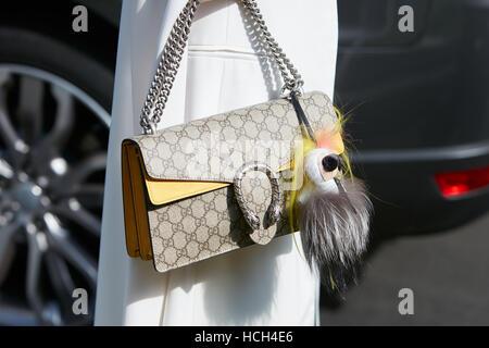... Femme avec sac Gucci avec marionnette fourrure avant de Giorgio Armani fashion  show, Milan Fashion 67288a656c8