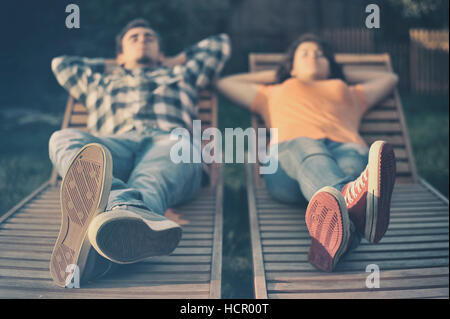 Couple resting on the couch Banque D'Images