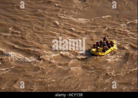 Les touristes s'amusant rafting sur le Gange sacré (Mère Ganga), Rishikesh, Uttarakhand (Uttaranchal), en Inde Banque D'Images