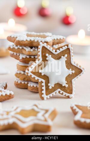 Gingerbread cookies faits maison avec glaçage blanc Banque D'Images
