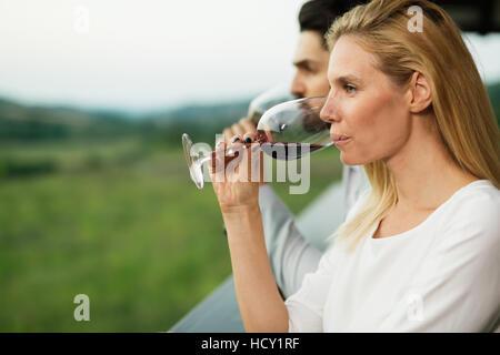Belle femme profitant de paysages et de vin