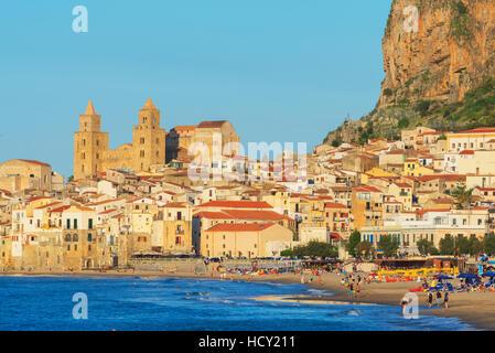 Vieille ville, de la cathédrale et de la falaise La Rocca, Cefalù, Sicile, Italie, Méditerranée Banque D'Images