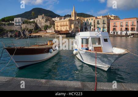 Port de Marina Corta et église de San Giuseppe, l'île de Lipari, Les îles Éoliennes, l'UNESCO, en Sicile, Italie, Banque D'Images