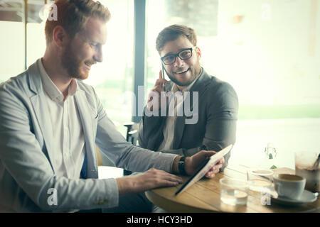 Des collègues sur une interruption de cafe Banque D'Images