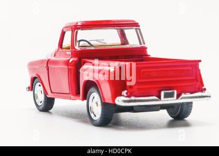 Vintage rouge jouet Camion voiture vue arrière isolés. Banque D'Images