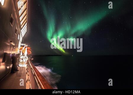 Aurora Borealis afficher vu de l'express côtier Hurtigruten dans le nord de la Norvège. Banque D'Images