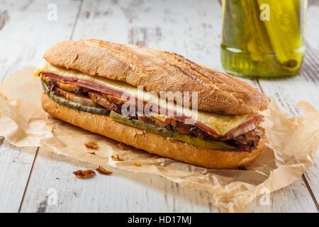 Cubanito. Sandwich cubain traditionnel avec du jambon, du porc et fromage Banque D'Images
