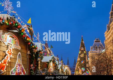 Crépuscule sur l'arbre de Noël et marché de Noël à la place Rouge sur Décembre 09,2016 à Moscou, Russie Banque D'Images