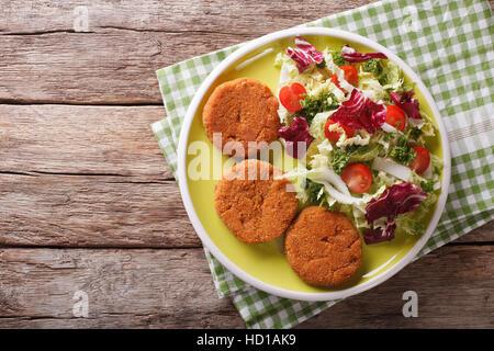 Les escalopes et carottes salade de chicorée, le chou et les tomates sur une plaque horizontale vue du dessus. Banque D'Images