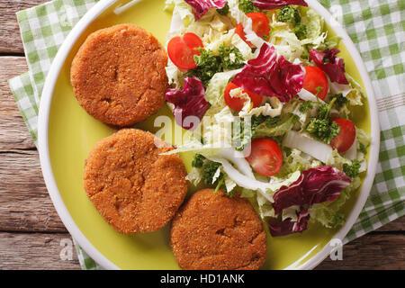 Escalopes de carottes avec une salade de légumes frais sur une plaque horizontale vue du dessus. Banque D'Images