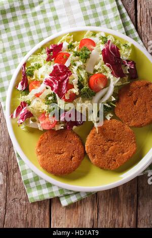 Les burgers de carottes et de salade fraîche mélanger sur une plaque. vertical Vue de dessus Banque D'Images