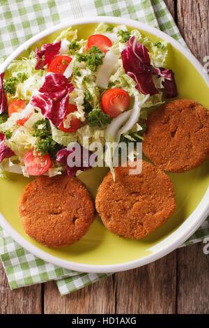 Escalopes de carottes avec une salade de légumes frais sur une plaque. vertical Vue de dessus Banque D'Images