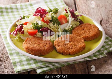 Petit-déjeuner diététique: salade de carottes escalopes et de la chicorée, le chou et les tomates sur une plaque Banque D'Images