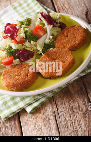 Alimentation Nourriture: escalopes carotte salade de légumes frais avec gros plan sur une plaque verticale. Banque D'Images