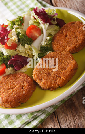 Escalopes de carottes avec une salade de légumes frais sur une plaque verticale. Banque D'Images
