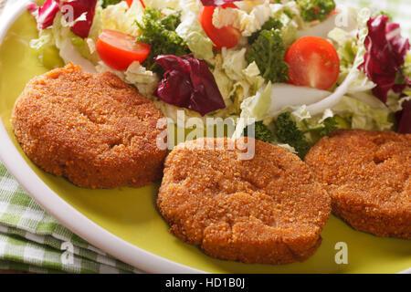 Escalopes de carottes avec une salade de légumes frais sur une plaque horizontale. Banque D'Images