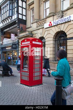Nouveau distributeur automatique de l'utilisation de la redondance K6 Téléphone BT rouge fort, à l'extérieur de la banque NatWest, Cheshire. UK. Le téléphone est une boîte originale de 1938 et le seul changement majeur qui sera faite est de modifier la signalisation extérieure de téléphone pour le Free Cash ATM. Il va prendre de cartes pour la plupart des grandes banques et des droits à appliquer selon le cas avec d'autres distributeurs automatiques.