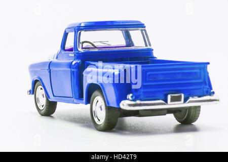 Retro bleu jouet Camion voiture vue arrière isolés. Banque D'Images