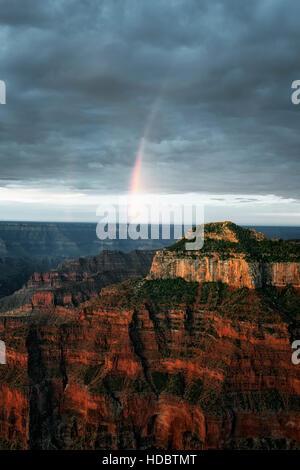 La première lumière de la mousson d'été et gratuites créer cet arc-en-ciel sur la rive nord de l'Arizona's Grand Banque D'Images