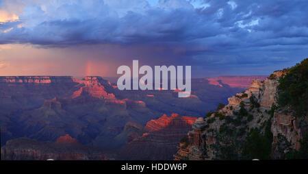 Le soleil se couche sur la rive sud du Grand Canyon vu du point Yaki surplombent le 14 août 2011 près de Grand Canyon Banque D'Images