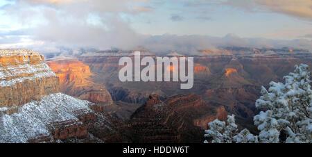 Snow rassemble sur la rive sud du Grand Canyon, vu de l'El Tovar Hotel lookout le 2 décembre 2011 dans village du Banque D'Images