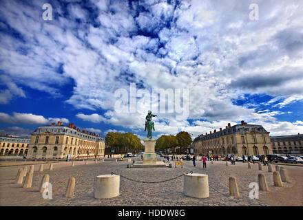 """Statue du Roi Louis XIV (connu sous le nom de """"Roi Soleil"""") à l'extérieur du Palais de Versailles, France. Banque D'Images"""