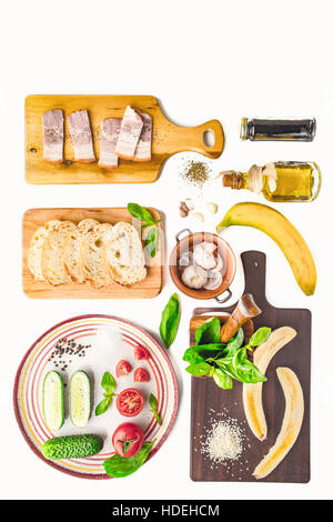 Ingrédients pour tartines vertical sur le fond blanc Banque D'Images