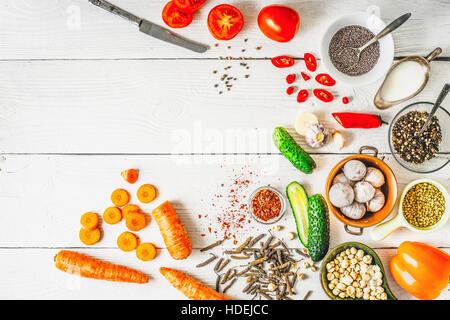 Produits pour Moyen Orient , cuisine caucasiennes et asiatiques sur la vue de dessus de table blanc Banque D'Images